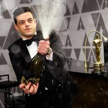 """Beim anschließenden """"Governors Ball"""" begießt Rami Malek mit Champagner seinen Sieg."""