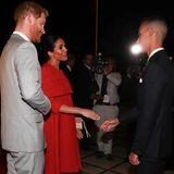 Kaum auf marokkanischem Boden, schon treffen Harry und Meghan auf den ersten einheimischen Royal:KronprinzMoulay Hassan. Der Thronfolger begrüßt das Herzogenpaar vor dem königlichen Palast in Rabat. Auch dieses Treffen wird von zahlreichen Kameras begleitet.