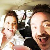 """""""Hurra, wir sind auf dem Weg!!! Oscars wir kommen!!!!"""", postet Melissa McCarthy. Gemeinsam mit Ehemann Ben Falcone zeigt sich die oscarnominierte Schauspielerin (""""Can You Ever Forgive Me?"""") voller Vorfreude."""