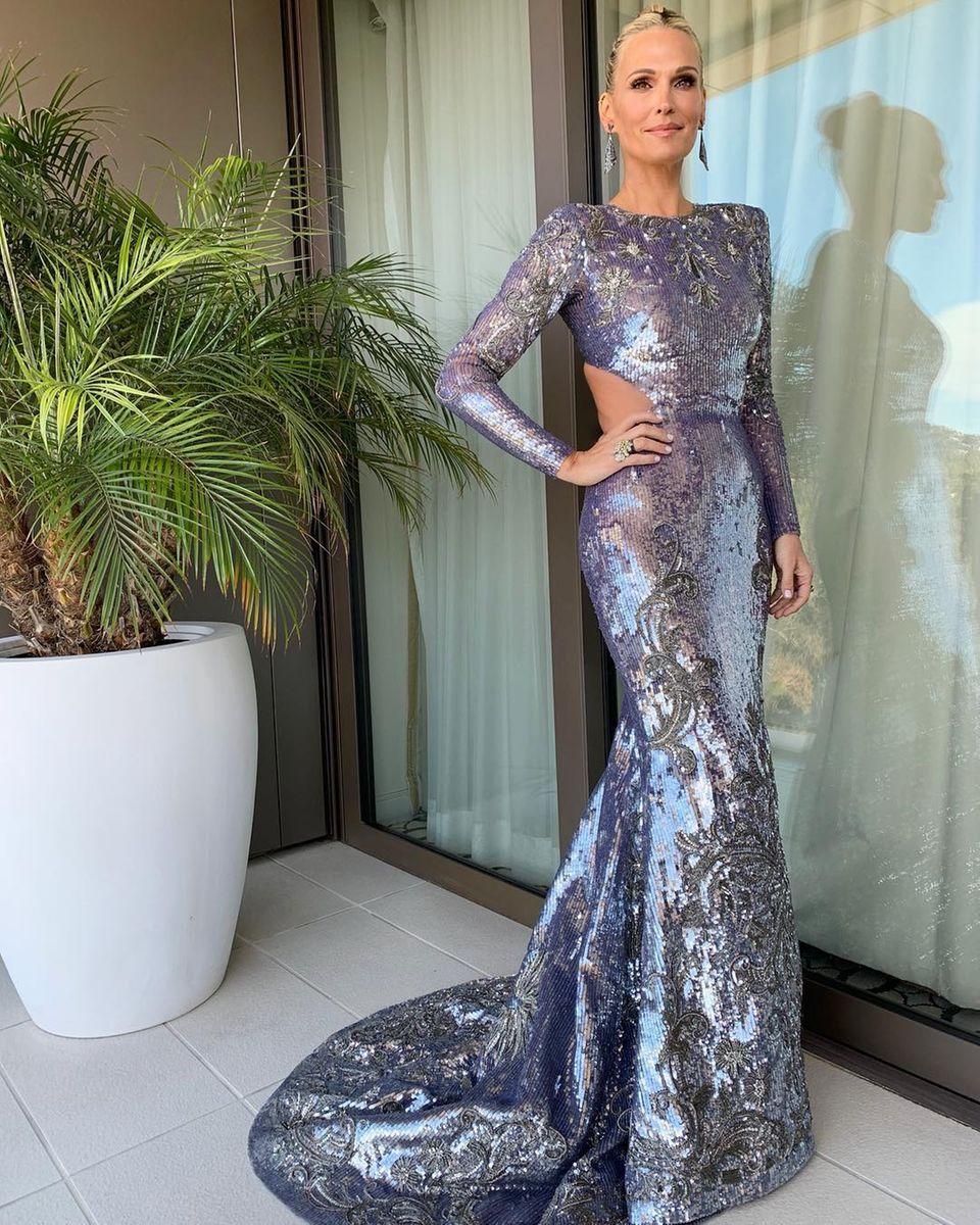 Schauspielerin Molly Sims präsentiert noch schnell ihr funkelndes Kleid, bevor sie sich aufmacht in Richtung Oscar-Spektakel.