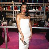 Topmodel Adriana Lima strahlt im eleganten, weißen Bustierkleid.