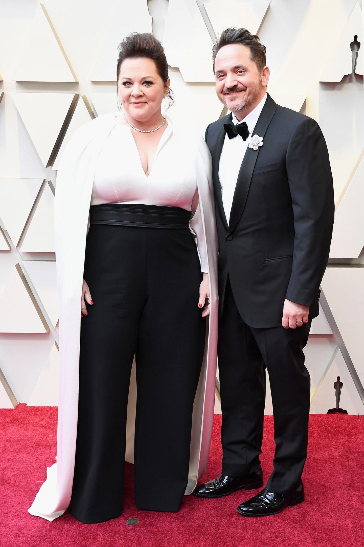 Jenny McCarthy und Ben Falcone wissen ebenfalls zu überzeugen. Wirklich schön ist das Cape-Oberteil der Schauspielerin, das zu der weiten Hose einfach zauberhaft aussieht.