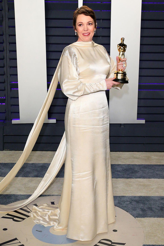 Auch Oscar-Preisträgerin Olivia Colman hat sich noch einmal umgezogen. Ihren Goldjungen präsentiert sie nun im champagnerfarbenen Seidenkleid.