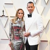 Ein großer Hingucker sind Jennifer Lopez und Alex Rodriguez auf dem roten Teppich. Nicht nur, dass die Sängerin alle in ihrem Glitzerkleid umhaut. Nein, auch der Sportler wirkt mehr als nur stylisch!