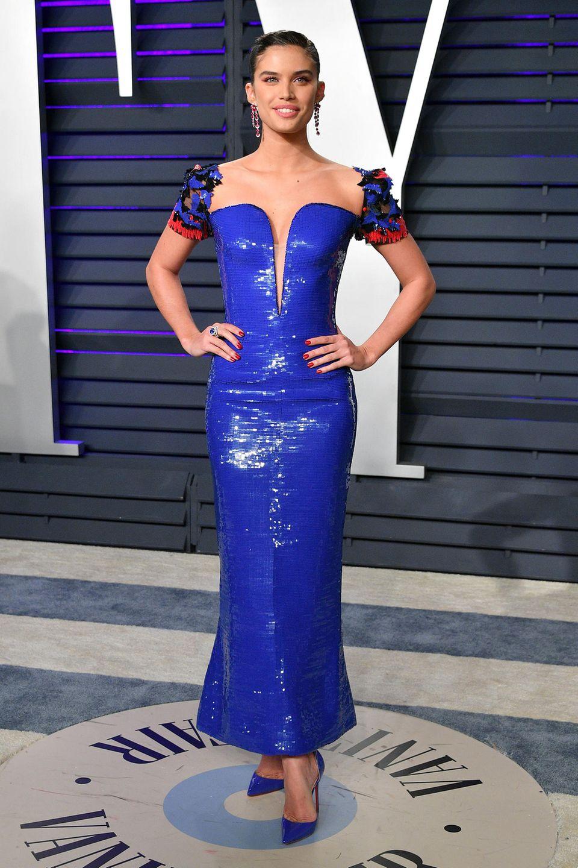 Sara Sampaio bezaubert im blauen Kleid von Armani Privé.