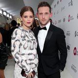 Ein Babybauch-Debüt mit ganz viel Stil legt Kate Mara an der Seite von Jamie Bell hin. Das Paar lenkt so wirklich jeden Blick auf sich.