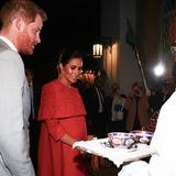 Gastfreundschaft pur: Bei ihrem Eintreffen im königlichen Palast, in dem sie am heutigen Abend übernachten werden, werden Harry und Meghan mit traditionellen Speisen und Getränken versorgt.