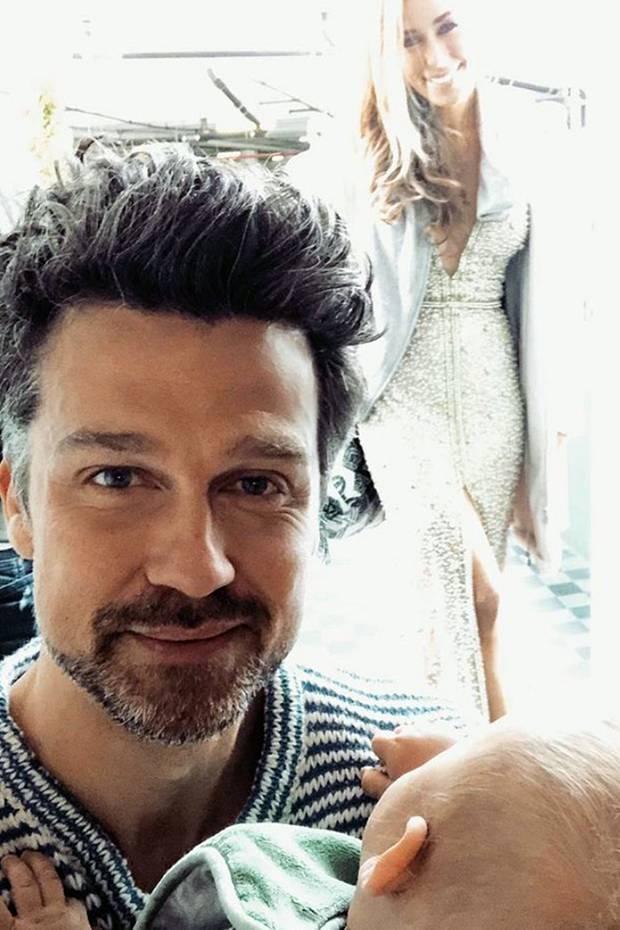 """""""Wehe, ihr baggert unsere Traumfrau an"""", schreibt Wayne Carpendale zu diesem Familien-Selfie auf Instagram. Beim Anblick von Annemarie auf dem Red Carpet kann man auch durchaus verstehen, dass er sich Sorgen um männliche Konkurrenz aus Hollywood macht ..."""