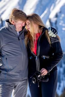 Die Fotografen können auch einen niedlichen Vater-Tochter-Moment einfangen. Liebevoll schmiegen sich Willem-Alexander und seine älteste Tochter, Prinzessin Amalia, aneinander. Die künftige Thronerbin schließt für einen kurzen Moment die Augen.