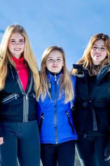 Auch die drei Prinzessinnen posieren für ein gemeinsames Foto. Amalia, Ariane und Alexia strahlen mit der Sonne um die Wette und absolvieren den Foto-Termin wie echte Profis.
