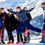 Trotz der anwesenden Fotografen albern die niederländischen Royals gemeinsam im Schnee herum. Besonders Claus-Casimir kann kaum die Füße still halten und wirft sich während des Shootings vor die Familie. Damit sorgt er nicht nur für schallendes Gelächter bei seinen Familienmitgliedern, sondern auch für ganz besondere Fotos.