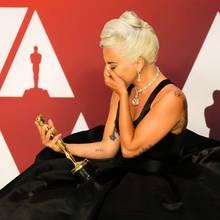 Beim Anblick ihres Goldjungen wird Lady Gaga ganz emotional.