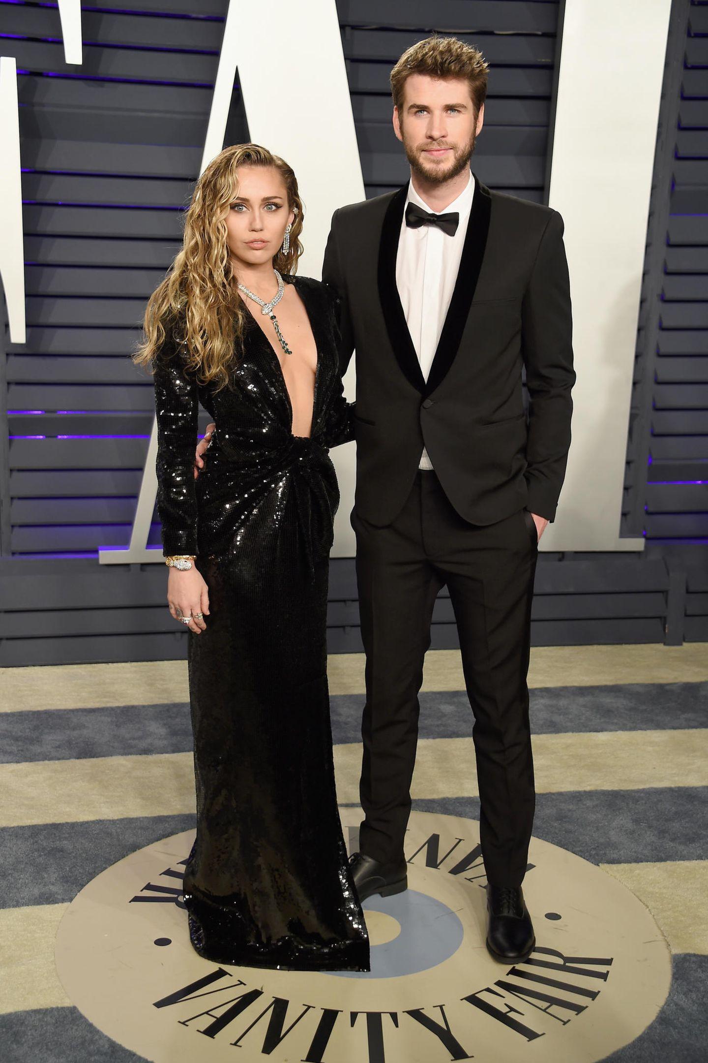 """Frisch verheiratet und einfach unglaublich schick: Miley Cyrus und Liam Hemsworth erscheinen als Traumpaar bei der """"Vanity Fair""""-Party."""