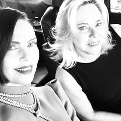 """Plötzlich brünett: Schauspielerin Charlize Theron macht sich auf den Weg zur Oscarverleihung. Die Frau an ihrer Seite ist übrigens Mama Gerda, oder wie Charlize sie über Instagram beschreibt: """"Mein heißes, blondes Date."""""""