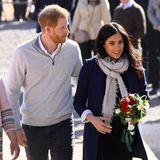 Kaum erscheinen Harry und Meghan auf der Bildfläche, schon kann sich die Herzogin tatsächlich über Blumen freuen. Schon bei ihrer Ankunft wird Meghan ein kleiner Strauß überreicht, denn sie beim Betreten des Geländes in der Hand hält.