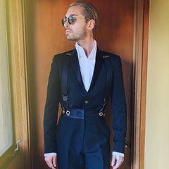 """""""Tokio Hotel""""-Frontmann Bill Kaulitz präsentiert sein edles Outfit für die Oscars."""