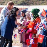 Auch in Marokko haben Harry und Meghan zahlreiche Fans. Gerne nehmen sie sich für diese Zeit und begrüßen die anwesenden Schülerinnen, die alle zwischen zwölf und 18 Jahre alt sind, mit Handschlag.