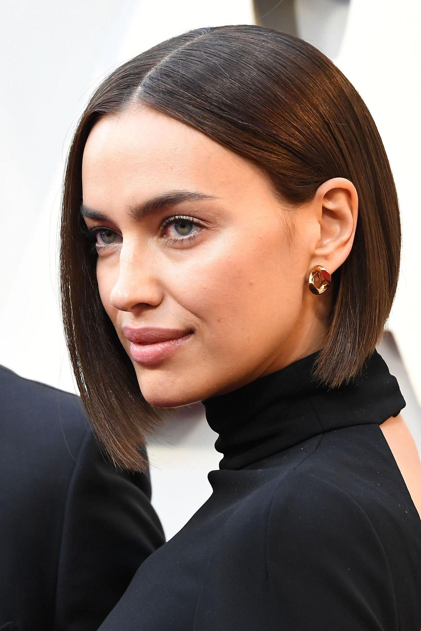 Einen ganz ähnlichen Schnitt präsentiert auch Irina Shayk. Ihr Bob wird am Hinterkopf etwas kürzer, sodass eine schräge Linie entsteht.