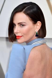 Erst wenige Stunden bevor Charlize Theron den roten Teppich der Oscars 2019 betritt, lässt sie sich ihr Haar bis auf Kinnhöhe abschneiden. Damit ist die Typveränderung komplett, nachdem sie erst wenige Tage zuvor von einem Blond- auf einen Braunton gewechselt hatte.