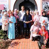 Beim Gruppenfoto strahlen alle Anwesenden mit der Sonne um die Wette. Die Schülerinnen schwenken dabei sowohl britische als auch marokkanische Fähnchen und bekräftigen damit noch einmal das Ziel der Reise: die Stärkung der Freundschaft der beiden Länder.