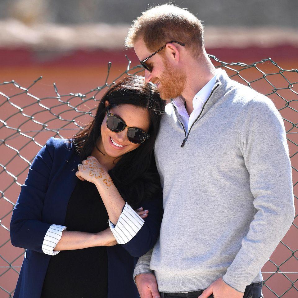 Auf dem Sportplatz spielt sich dann auch diese niedliche Szene ab: Meghan schmiegt sich liebevoll an ihren Ehemann, der verliebt auf sie herab blickt. Für einen kurzen Moment scheinen die werdenden Eltern das Gewusel um sie herum zu vergessen.