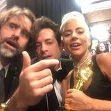 """""""3 Männer und eine Lady"""": Musikproduzent Mark Ronson (Mitte links) feiert zusammen mit Superstar Lady Gagaden gemeinsamen Oscar für den """"Besten Song""""."""