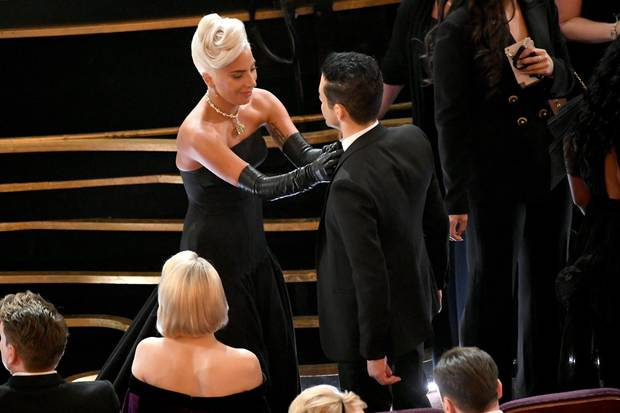 Lady Gaga legt Hand an Rami Malek an