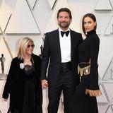 """Dank seines Meisterwerks """"A Star Is Born"""" ist Bradley Cooper einer der großen Stars der Oscarverleihung. Flankiert wird er von den wichtigstenFrauen in seinem Leben: Mama Gloria Campano und Freundin Irina Shayk."""