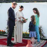 Auch am Abend nehmen sich Harry und Meghan für die anwesenden Kinder besonders viel Zeit. Die Herzogin bekommt von den anwesenden Mädchen einen weiteren, farbenfrohen Blumenstrauß überreicht.