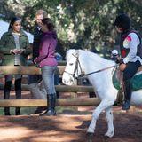Beim Rundgang über den Hof werden die Royals Zeuge einer Reitstunde: Ein junges Mädchen lernt auf einem weißen Pony das Reiten. Harry und Meghan holen derweil von einer Mitarbeiterin des Hofes weitere Informationen ein.