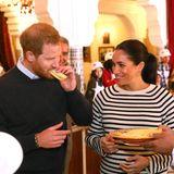 So ein Tag auf dem Bauernhof macht hungrig. Abhilfe verschafft der Besuch in der Villa Des Ambassadeurs. In der Küche des Hauses, die Kindern aus schwierigen Verhältnissen marokkanische Rezepte näher bringt, probieren die Royals die bereits vorbereiteten Speisen. Da sagt vor allem Harry nicht nein und langt ordentlich zu.