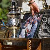 Ob Harry bei diesem Anblick etwas Heimweh bekommt? Der Prinz entdeckt auf dem Tisch eines Händlers ein Foto seines Vaters, der 2011 zuletzt nach Marokko reiste. Der Sohn von Queen Elizabeth besuchte das Land in Nordafrika gemeinsam mit Herzogin Camilla und trat die Reiseauf eine Einladung von König Mohammed VI. an.