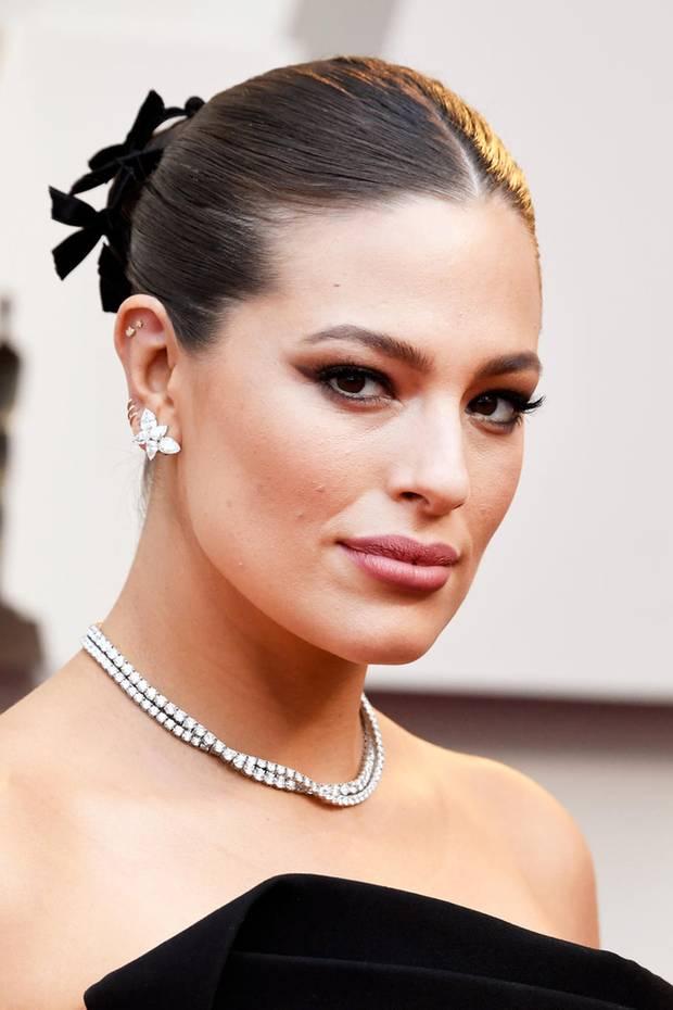 Oscars 2019: Was für ein Beauty-Look: Model Ashley Graham versprüht mit diesem Make-up Glamour pur! Im Fokus stehen ihre Augen, die nahezu dramatisch wirken, aber auch ihr akkurater Haar-Style ist nicht zu verachten.