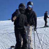 24. Februar 2019   In cooler Ski-Montur posieren Victoria und David Beckham für ein Erinnerungsfoto.