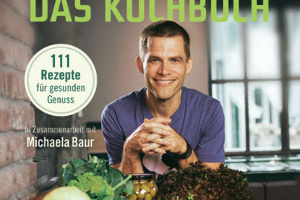"""Mit seinem """"Ernährungskompass""""eroberte Bas Kast die Bestsellerlisten. Jetzt hat er mit der Ökotrophologin Michaela Baur 111 dazu passende Rezepte entwickelt. (""""Der Ernährungskompass – Das Kochbuch"""", C. Bertelsmann Verlag, 224 S., 22 Euro)"""