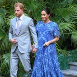 Zum krönenden Abschluss der Reise bekennt Meghan noch einmal Mut zur Farbe und zeigt sich in einem maßgeschneiderten Kleid von Carolina Herrera. Das Dress begeistert dabei nicht nur mit dem auffälligen Muster, sondern auch mit der Schleppe, die den Look Dinner-tauglich macht.
