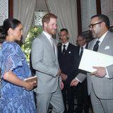 Im Inneren des Palastes treffen Meghan und Harry dann auf König Mohammed VI. Der Monarch hält einen auffälligen weißen Umschlag in der Hand. Ob sich darin der Brief von Queen Elizabeth befindet? Kurz vor der Tee-Zeremonie händigt Harry dem marokkanischen König einen Brief seiner Großmutter aus. Die britische Königin selbst besuchte Marokko zuletzt 1980.