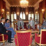 Eins der letzten Bilder der Marokko-Reise: Bevor es für Harry und Meghan zurück nach London geht, sitzen sie mit Kronprinz Moulay Hassan, König Mohammed VI. und seinen Schwestern Prinzessin Lalla Meryem und Prinzessin Lalla Hasna zusammen. Im Anschluss an dieses noch öffentliche Zusammensitzen lädt der König die britischen Royals zu einer Privataudienz ein - ohne Fotografen. Die Aufnahme ist somit die letzte, die wir von der Marokko-Reise zu sehen bekommen.