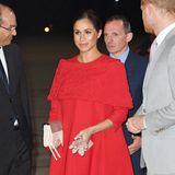 Herzogin Meghan trägt bei ihrer Ankunft in Marokko ein speziell für sie angefertigtes Capekleid von Valentino. Der elegante, sehr zurückhaltende Entwurf mit Stickerei zieht einzig durch das für den Designer so typische Signalrot die Blicke auf sich.