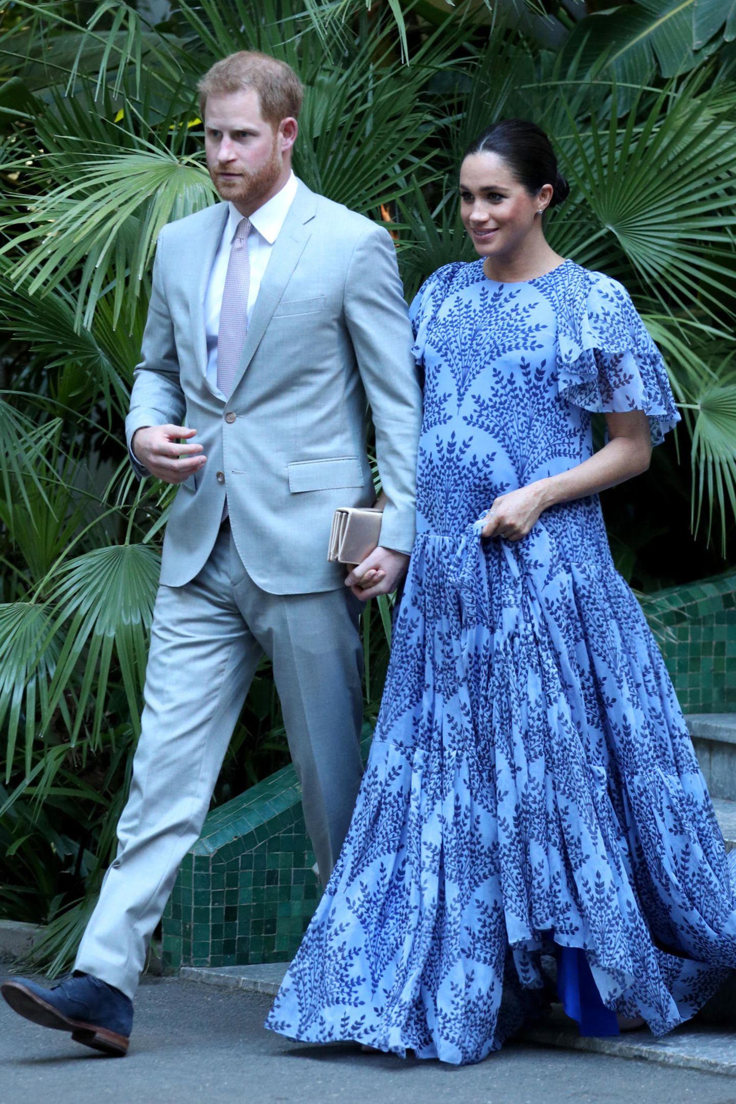Zu einem privaten Abendessen beim marokkanischen König Mohammed VI trägt Herzogin Meghan ein weites, blassblaues Maxikleid von Stardesignerin Carolina Herrera.