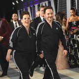 Dass Melissa McCarthy die Oscar-Nacht noch für einen Spaß nutzen würde, war zu erwarten. Und so spaziert sie mit ihrem Mann Ben Falcon im Partnerlook mit schwarzemJogging-Anzug über den Red Carpet der Vanity Fair Party.