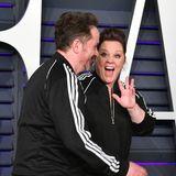 """Während ihr Mann Ben scheinbar schnellstmöglich über den Teppich huschen möchte, grüßt die Star-Komikerin noch bestens gelaunt die Fotografen. Die """"subtile"""" Macht von Kostümen hatte sie ja schon während der Oscar-Verleihung eindrucksvoll bewiesen."""