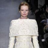 Bereits in der Kollektion Frühjahr/Sommer 2013 zeigte Valentino die feine Ornamentstickerei, die Herzogin Meghan sich für ihren maßgeschneiderten Entwurf aussuchte.