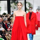 In der Herbst/Winter-Kollektion 2018/2019 zeigt Valentino erneut sein markantes Rot. Auch der eingearbeitete, feine Schlitz in der Körpermitte findet sich in Herzogin Meghans Kleid wieder.