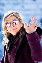 Beim jährlichen Fototermin zum Auftakt der Skiferien 2019 in Lech, Österreich, bezaubert Königin Máxima in einem violetten Winter-Look - inklusive verspiegelter Pilotenbrille von Prada.