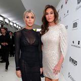 In Cocktaildress-Laune sindSophia Hutchins und Caitlyn Jenner bei der Elton-John-Party.