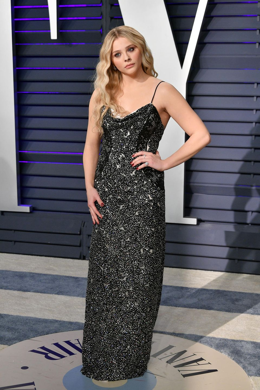 Der Blick von Chloe Moretz ist ähnlich düster wie ihr Red-Carpet-Look.