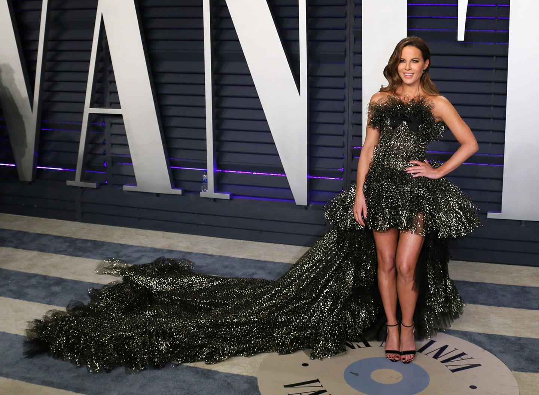 Kate Beckinsale hat im Kleid von Giambattista Valli schwer zu schleppen.