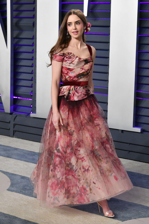 Lily Collins bezaubert im Marchesa-Kleid als romantisches Blumenmädchen.