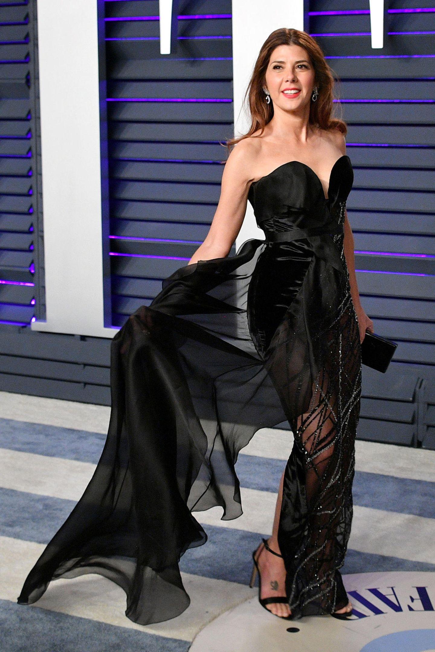 Luftig elegant schwebt Marisa Tomei über den Red Carpet.